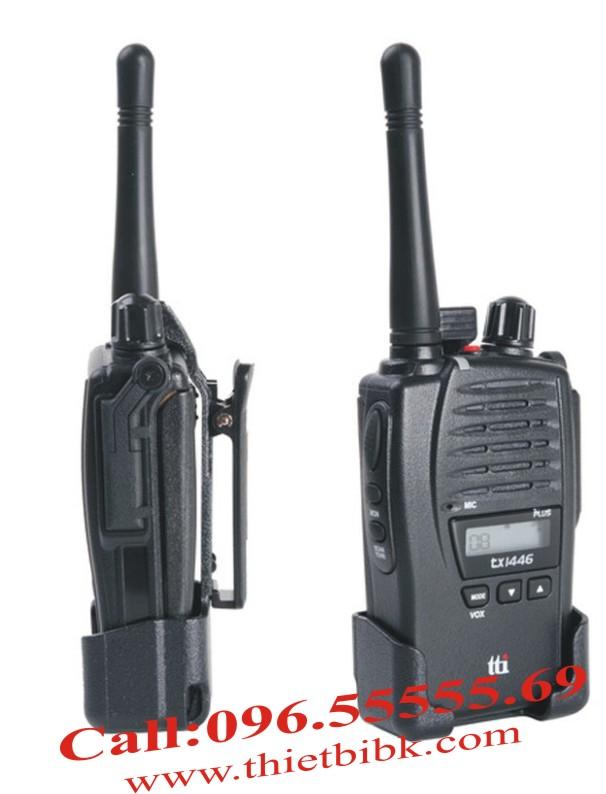Bộ đàm TTI TX-1446P với kiểu dáng nhỏ gọn, vỏ nhựa chắc chắn. Cạnh phải của thiết bị có Jack cắm tai nghe và khe cắm sạc